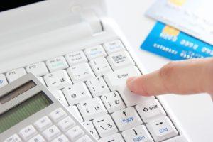 パソコンと電卓とクレジットカード