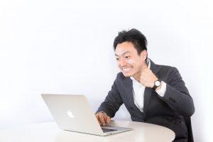 パソコンを操作する男性