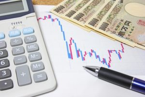 電卓とお金とグラフ